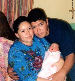 Miguel Ángel Manríquez y Nydia Cabrera, acompañados de su pequeña hija Michelle, nacida hace unos días.