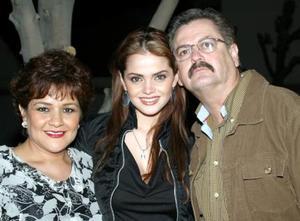 Marisol González en compañía de sus papás, Bertha Casas y Cornelio González, en la fiesta de cumpleaños que se le ofreció en días pasados.