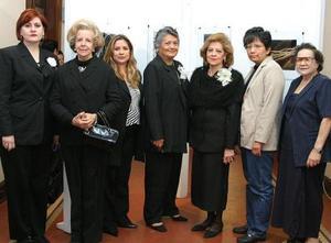 La nueva directiva de la Sociedad de Escritoras Laguneras A.C. encabezada por Lourdes Bañuelos del Río.