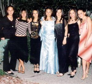 Zaira Aguiñaga acompañada de sus amigas, Maru, Bárbara, Marcela, Cponchita, Cecy y Elena en su fiesta de quince años.