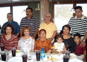 <b><u>21 de marzo </b></u><p> Carmen de Acevedo festejó su cumpleaños en fecha reciente y por tal motivo recibió numerosas felicitaciones de familiares y amistades.