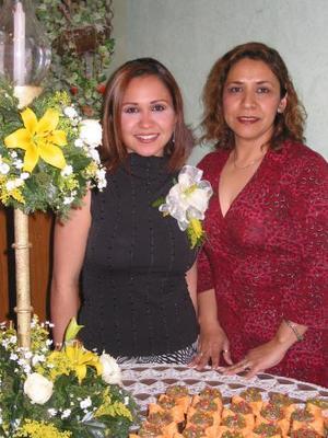 Luz Elena Jáuregui Pérez en compañía de Luz María Pérez de Jáuregui, organizadoras de su despedida de soltera.