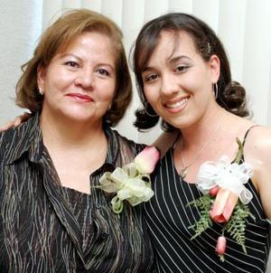 Vianey Salas Muro acompañada de Socorro Acevedo de Cuevas en la despedida de soltera que le ofreció por su próxima boda.