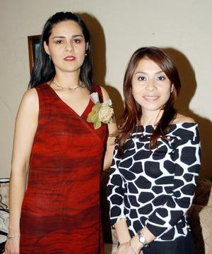 Graciela Reyes Cedillo en compañía de Lynda Hernández en al despedida de soltera que se le ofreció.