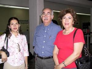 Lorena Blázquez viajó a México y fue despedida por Jaime y Adriana Blázquez.