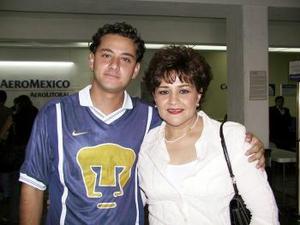 Bertha de González fue despedida por Óscar Dacarett antes de viajar a México.