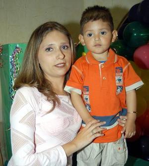 David Armando Hernández Gozález celebró su segundo cumpleaños en una divertida fiesta, lo acompaña su mamá Fanny González.