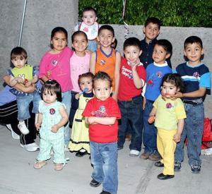 Jesús Aarón Orozco Padilla acompañado de sus amiguitos, en la fiesta de cumpleaños que le organizaron en fechas pasadas.