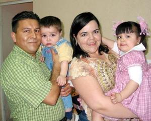 Jimena de Santiago en compañía de sus papás Alonso de Santiago y Gabriela Estavillo y de su hermanito en su fiesta de cumpleaños.