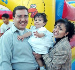 La pequeña Lourdes Mariana Moreno Santibáñez acompañada de sus padres en el festejo que le organizaron por su cumpleaños.