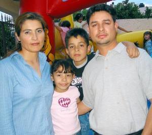 Melani Fonseca Valdez acompañada de sus papás, Óscar Fonseca y Angie Valdés y de su hermano Óscar en su fiesta de cumpleaños.