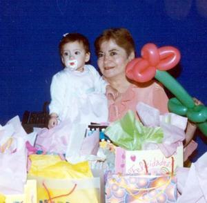 <b><u>22 de marzo</b></u><p> Ana Cristina Ortiz Madrigal junto a su abuelita, Elisa de Ortiz, en su fiesta de cumpleaños.