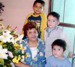 Señora Carmen Hurtado celebró su 75 aniversario de vida con un grato festejo organizado por sus familiares.