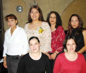 Claudia Elena Castañeda López acompañada de sus amigas en la despedida de soltera que le organizaron en días pasados.