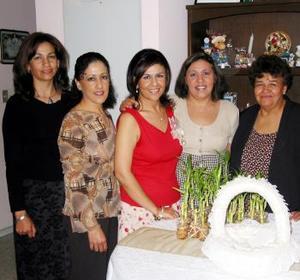 Mayela Evangelina Ávila Martínez, acompañada de algunas invitadas a su despedida de soltera.