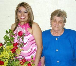 <b><u>21 de marzo </b><u><p> Verónica López Rodríguez acompañada de Ma. Elena Treviño Venegas en su despedida de soltera