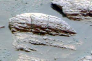 Grotzinger mostró fotografías microscópicas del terreno que muestran una erosión en líneas paralelas, una característica llamada laminación, que es la que típicamente forma la superficie del agua con su movimiento.También explicó que se han encontrado indicios de sedimentación. La forma de esa sedimentación y el diámetro de los granos de arena afectados apuntan también a la acción del agua, según el geólogo.