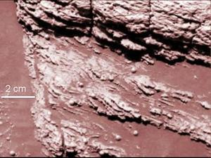 Las marcas de la roca tienen la forma de curva cóncava típica que sugieren claramente una erosión por agua y no por la acción del viento, según indicaron los científicos