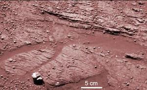 La cámara del Opportunity ha detectado la presencia de finas capas de roca que presentan características típicas de una erosión causada por ondas de agua, similar a las olas de un mar o un lago en contacto con la orilla