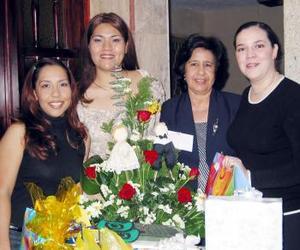 Claudia Elena Castañeda López, en compañía de las organizadoras de su despedida