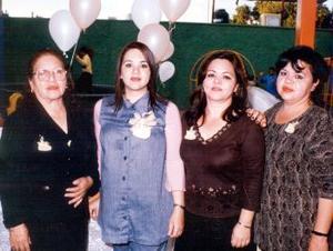 Hermelinda Vda. de Bretado, Gabriela y Sandra Bretado García anfirtrionas de la fiesta de canastilla para Claudia Bretado de Artea.