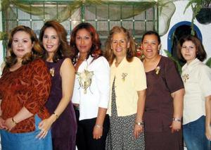 <b><u>24 de marzo </b></u><p> Norma Chavarría Soto con algunas de las invitadas a su despedida de soltera