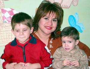 Leonardo de la Parra en compañía de su mamá María Eugenia Soto y su hermano Lorenzo de la Parra Soto.