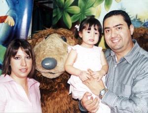 <b><u>24 de marzo</b></u><p>  Paola Rodríguez Ortiz con sus papás Víctor Manuel Rodríguez Sánchez y Catalina Ortiz de Rodríguez.