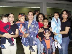 A la ciudad de Los Ángeles, California, regresó Carmen Sonora de Meléndez en el aeropuerto la despidieron familiares.