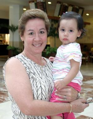 <u><b>26 de marzo </u> </b> <p> Yolanda S. de Ramírez y su nieta Sofía Güereca Ramírez.