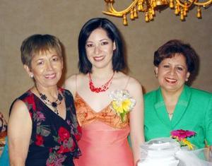 La festejada Ada Sonia Flores Rincón en compañía de las organizadoras de su fiesta Sonia Rincón y María Urista de Vera.