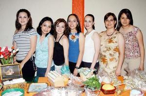 Carmen Cabral Siller en compañía de sus amigas en la despedida de soltera que le ofrecieron.