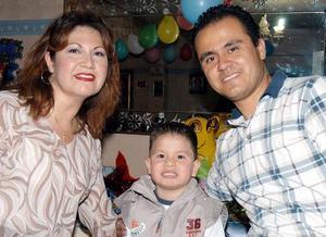 Julio Manuel Manríquez Escamilla con sus papás Claudia Elena Escamilla Velázquez y Julio Manuel Márquez Martínez.