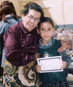 <b><u>27 de marzo</b></u><p> La pequeña Paola Reyes Ruiz acompañada de Carmelita Azpe Pico en pasado acontecimiento.