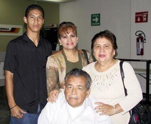 <b> <u> 27 de marzo </u></b> <p>  Toño y Lupe González  regresaron  a Tijuana, los despidieron Lupe  González y Eugenio Villalobos.