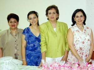 Monserrat Gallegos Palacios en compañía de las organizadoras de su despedida de soltera.