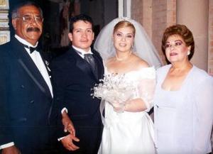 Nicolás y Mayra acompañados por los papás de la novia, señores Gilberto Garibay y Hortensia Soto.