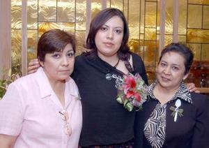 Adriana K. Ramírez Estrada con las organizadoras de su despedida de soltera, Carolina de Navarro y María Esther Estrada Vda. de Ramírez.