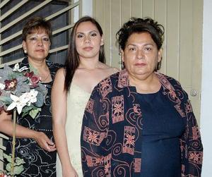 Brenda Zapata Tinoco en compañía de Elvira Tinoco y Elsa Aldape, organizadoras de su despedida de soltera.