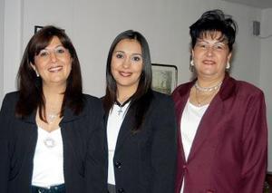 Miriam Guerrero Garza, con las anfitrionas de su despedida de soltera.