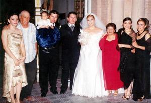 Sr. Nicolás Sánchez y Sra. Concepción Aragón, padres del novio, acompañdos de sus hijos, Teresa, Santos y su nieta Ingrid Sánchez, así como su nuera Yuriria Rubio, acompañaron a Nicolás y Mayra.