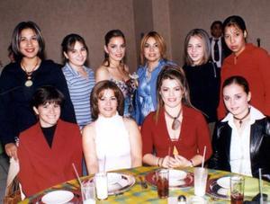Patricia Acosta Rodríguez acompañada de algunas de las invitadas a su despedida de soltera.