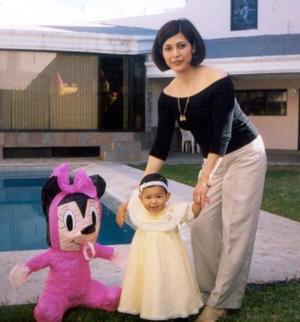 La pequeña Sofía Escalera Ramos el día que cumplió su primer año de vida, junto a su mamá Juanita de Escalera.