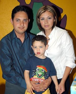 Carlos Alejandro González Vargas con sus papás Carlos González y Karla Vargas en el festejo que le ofrecieron por su cumpleaños.
