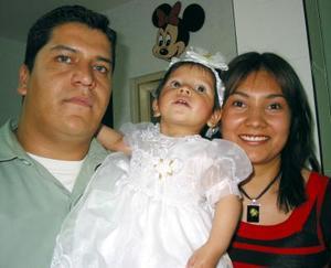 América Sofía Barrera Mesta acompañada de sus papás, Pedro Barrera y Alejandra Lucero Mesta de Barrera, en la fiesta infantil que le organizaron por su cumpleaños.