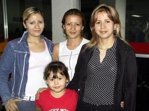 Guadalupe Félix fue despedida por Laura y Yolanda Félix, antes de viajar a Los Ángeles.