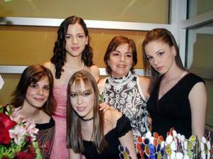 Michelle Leal Jardón en compañía de Estefanía Leal, Alejandra Leal, Paol Macouset y Laurencia González en su despedida de soltera