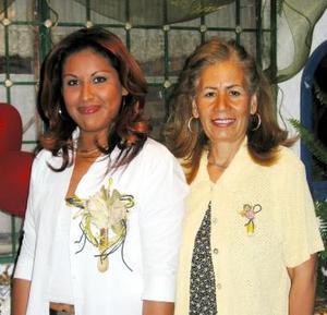 <b><u>31 de marzo </b></u><p>   Norma Chavarría Soto en compañía de su futura suegra, la señora Graciela Oviedo, en la despedida de soltera, que le organizó en días pasados.