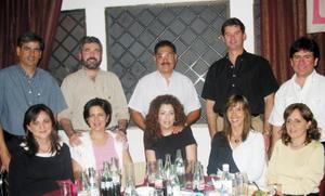 Ana Belem de la Cruz de Flores, en compañía de un grupo de asistentes a su fiesta de regalos.