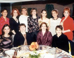 <b><u>30 de marzo </b></u><p> Claudia Robles Heimpel acompañada de algunas de las asistentes a su despedida de soltera